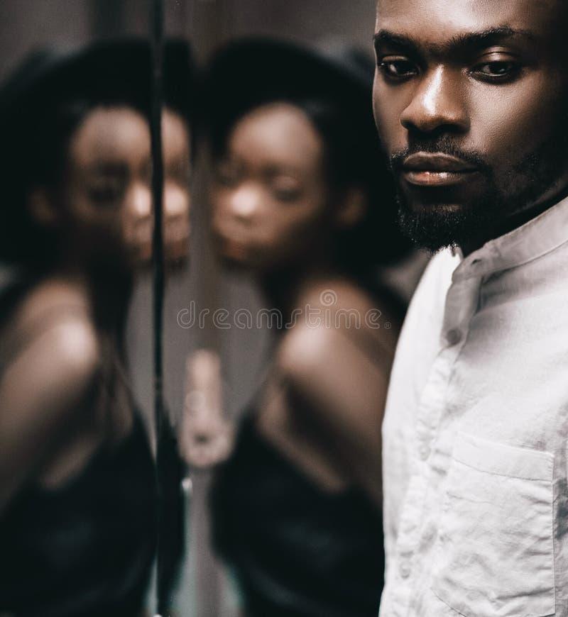 Uomo di colore moderno e donna caucasica in una città immagini stock libere da diritti