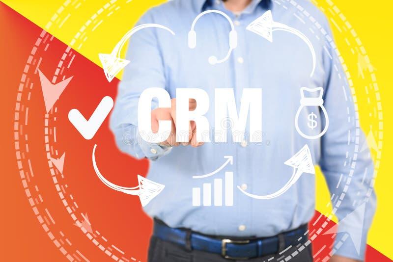 Uomo di concetto del customer relationship management che seleziona CRM fotografie stock libere da diritti