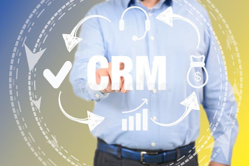 Uomo di concetto del customer relationship management che seleziona CRM immagini stock