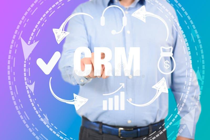 Uomo di concetto del customer relationship management che seleziona CRM fotografia stock