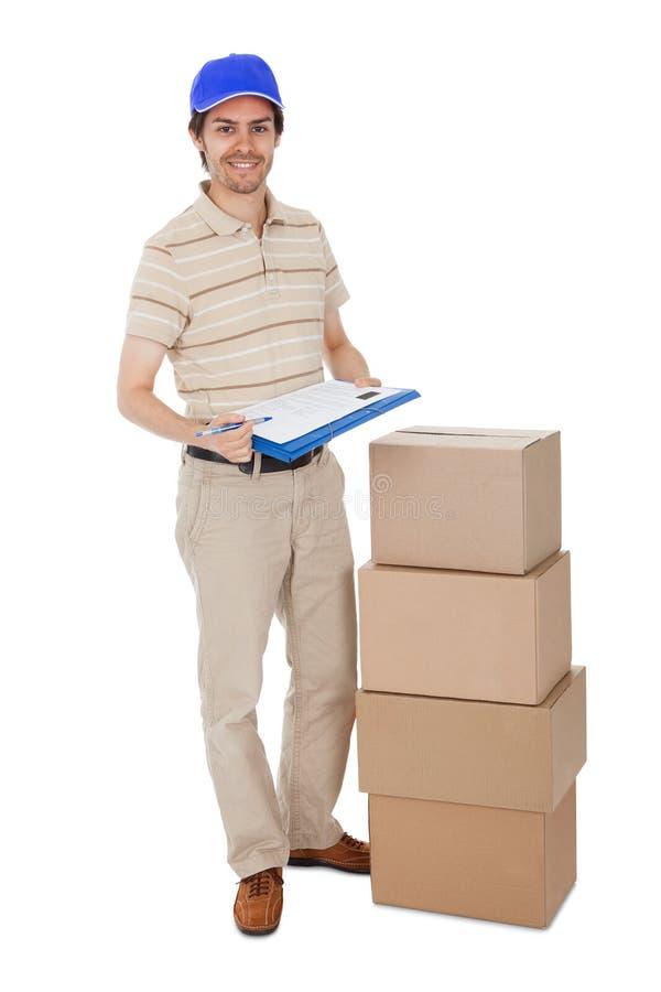 Uomo di consegna che chiede di firmare conferma di consegna fotografia stock