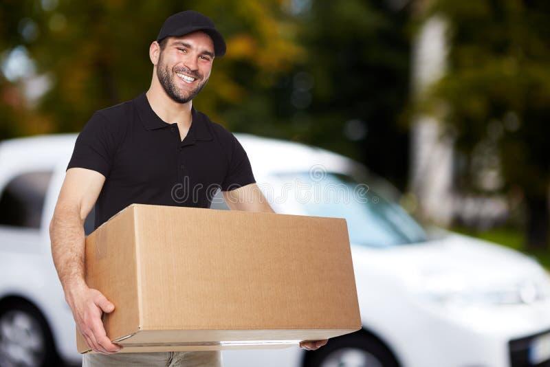 Uomo di consegna sorridente immagini stock libere da diritti