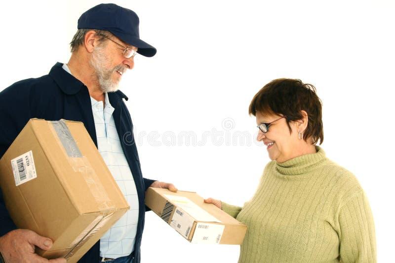 Uomo di consegna su lavoro immagine stock