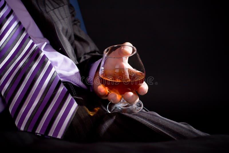 Uomo di distensione con il cognac immagine stock libera da diritti