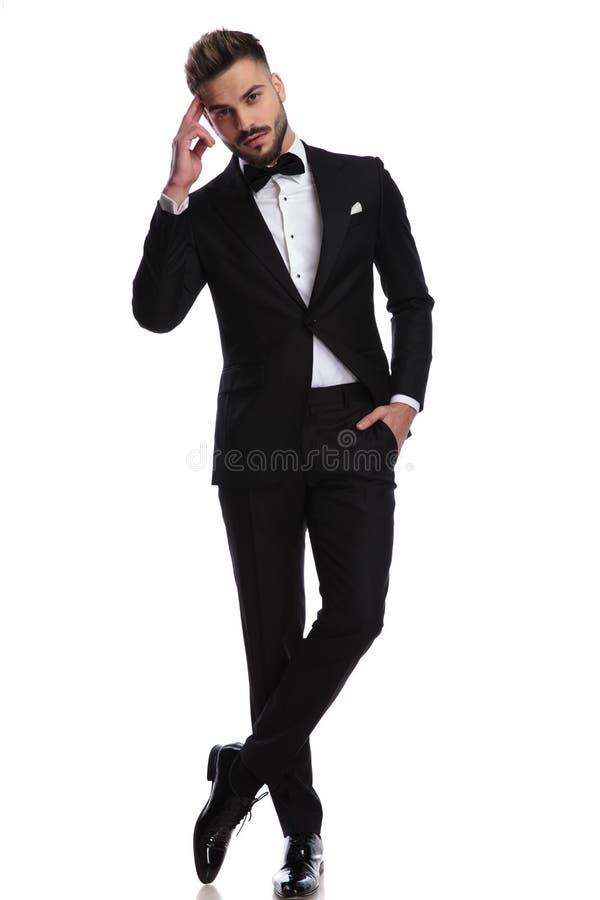 Uomo di Elegnat in smoking che fa un saluto militare fotografia stock