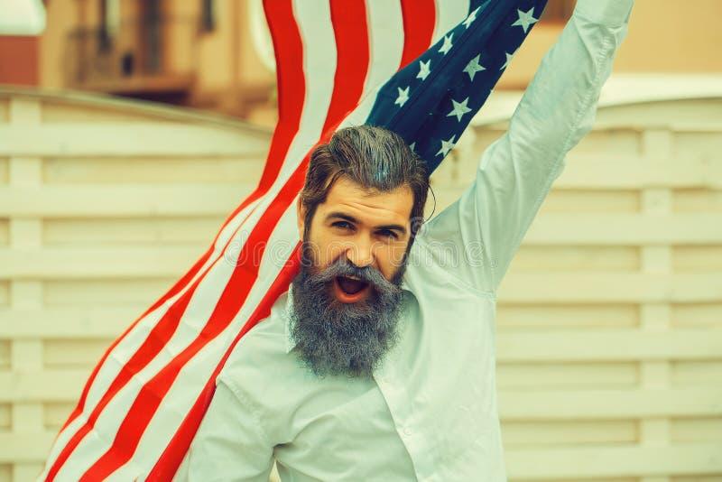 Uomo di festa dell'indipendenza con la bandiera fotografie stock