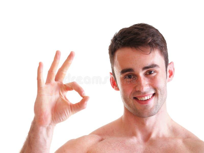 Uomo di forma fisica che mostra segno giusto isolato immagine stock