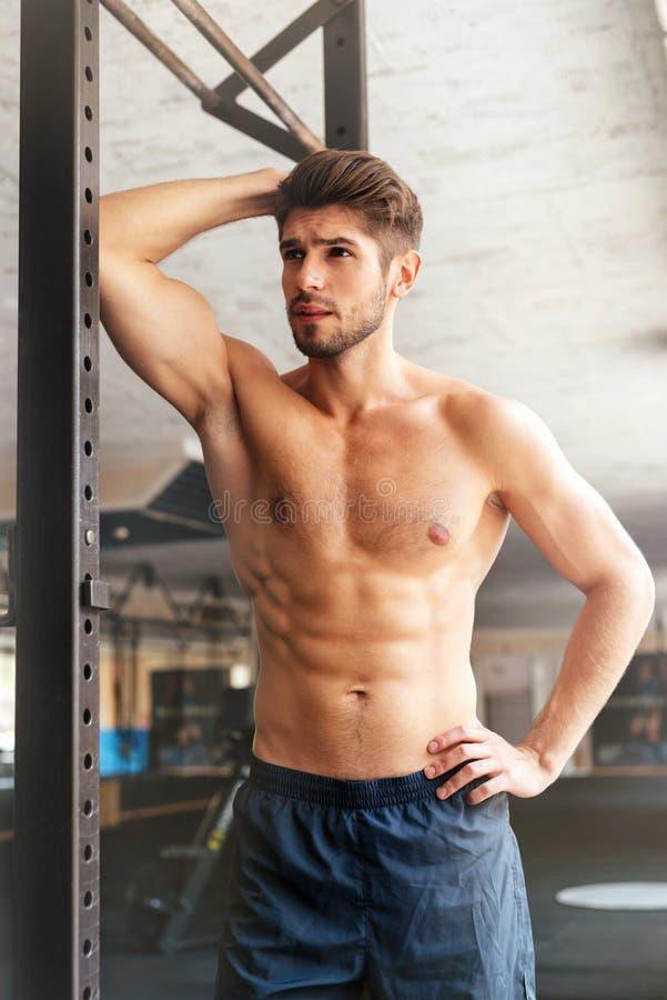 Uomo di forma fisica di modo in palestra fotografie stock libere da diritti