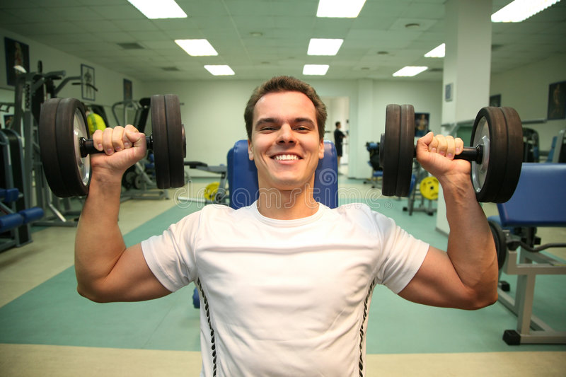 Uomo di ginnastica con i dumbbells 3 fotografia stock