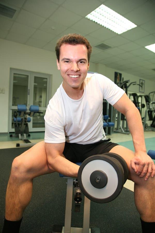 Uomo di ginnastica con il dumbbell 2 fotografia stock
