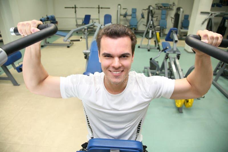 Uomo di ginnastica nel randello di salute fotografie stock libere da diritti
