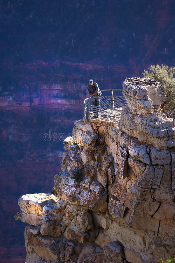 Uomo di Grand Canyon sull'osservazione Ledge Vertical immagine stock