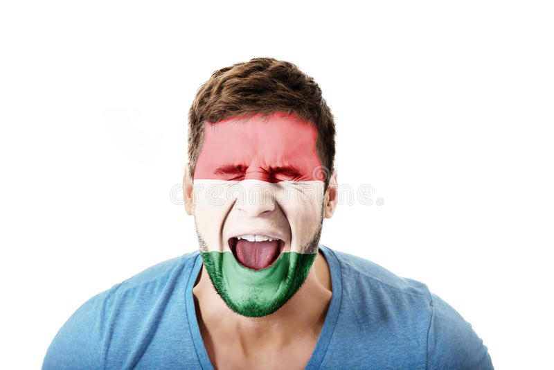 Uomo di grido con la bandiera dell'Ungheria sul fronte immagine stock libera da diritti