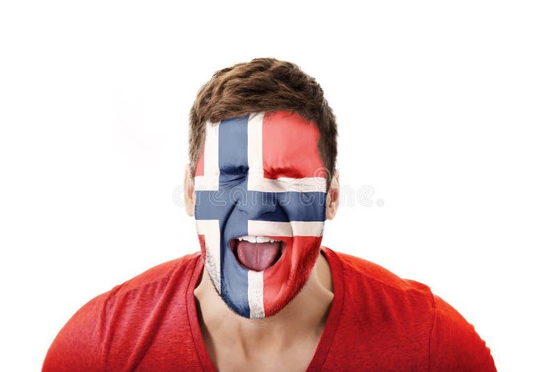 Uomo di grido con la bandiera della Norvegia sul fronte immagini stock libere da diritti