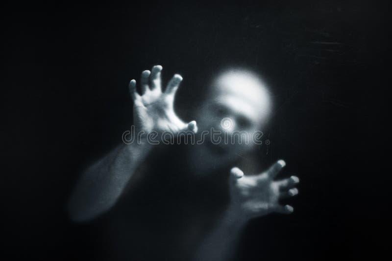 Uomo di grido dietro un vetro fotografie stock libere da diritti