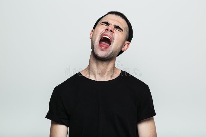 Uomo di grido in maglietta nera immagini stock libere da diritti