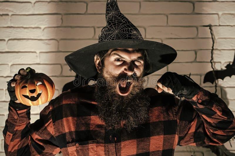 Uomo di Halloween con la zucca ed il pugno in ombra scura fotografie stock libere da diritti