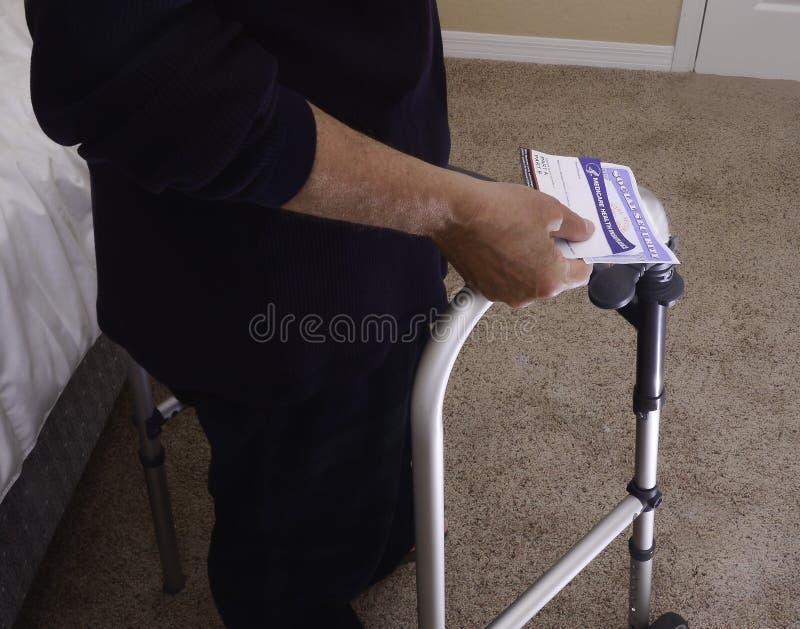 Uomo di handicap con le carte utilizzate nel pensionamento per sicurezza finanziaria e fornire sanità fotografia stock libera da diritti