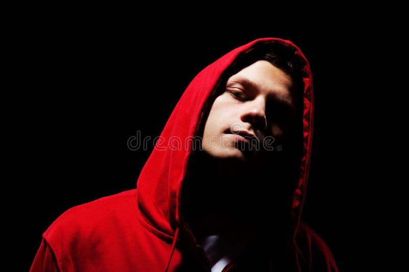 Uomo di Hip-hop in cappuccio rosso immagini stock libere da diritti