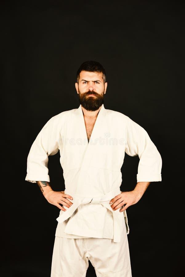 Uomo di karatè con il fronte rigoroso in uniforme Padrone di Jiu Jitsu fotografia stock