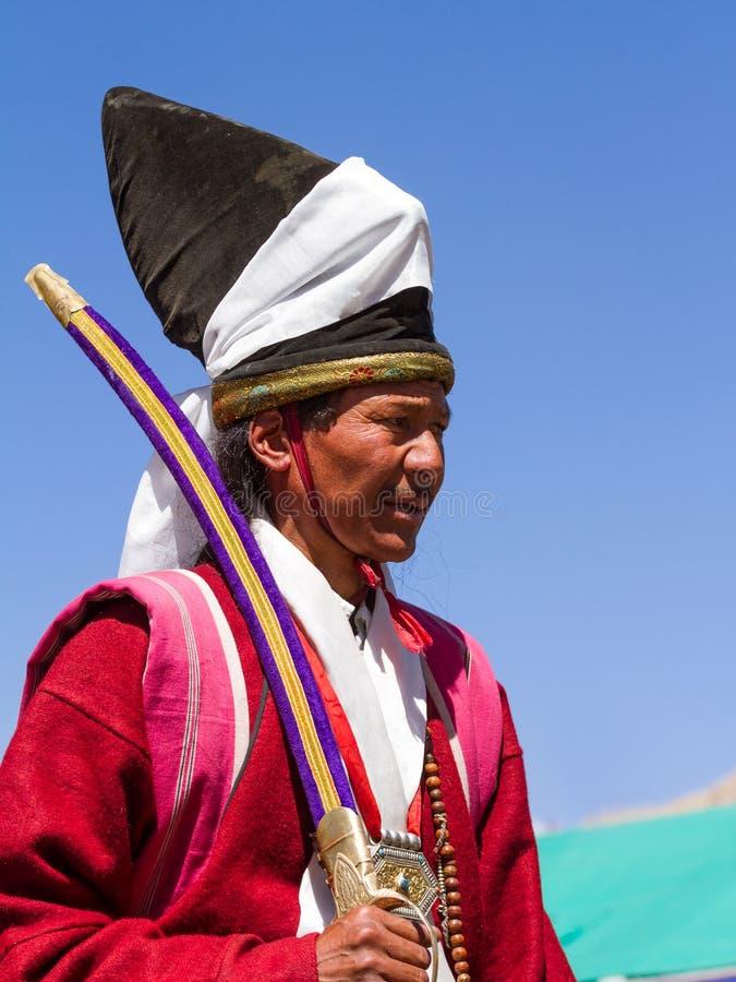 Uomo di Ladakhi in abbigliamento tradizionale con la spada rituale fotografia stock libera da diritti