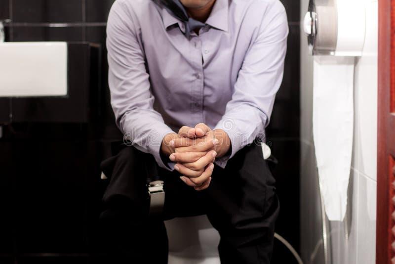 Uomo di lavoro nella toilette immagini stock libere da diritti