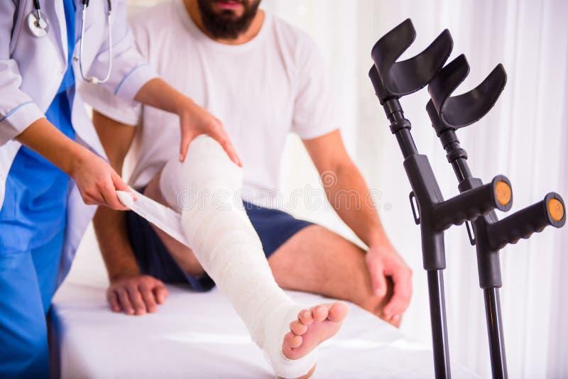 Uomo di lesione in medico fotografia stock