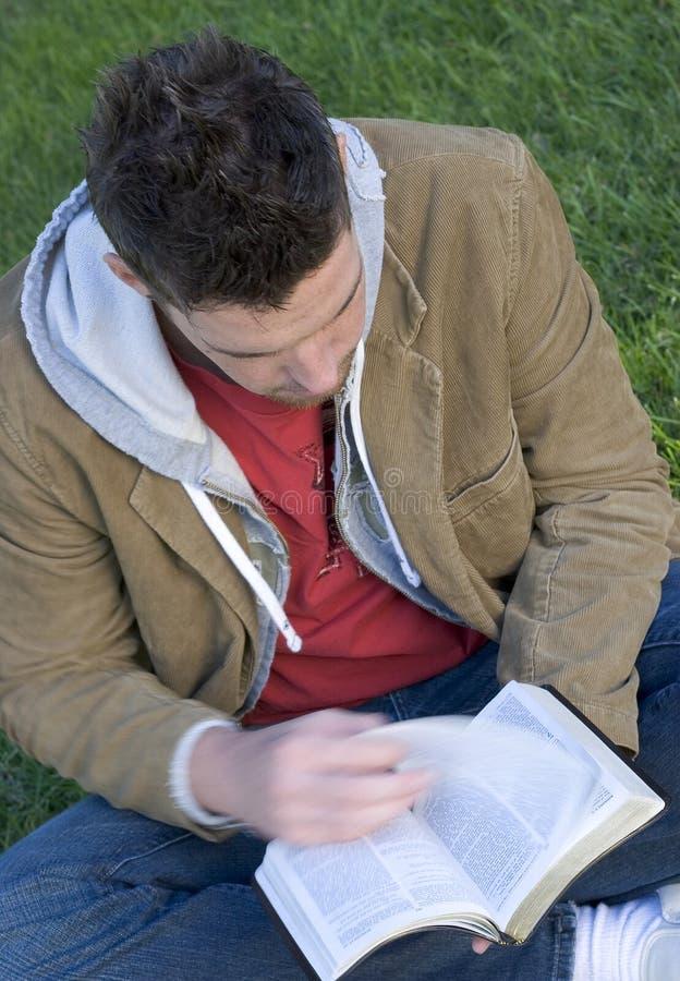 Uomo di lettura fotografie stock libere da diritti