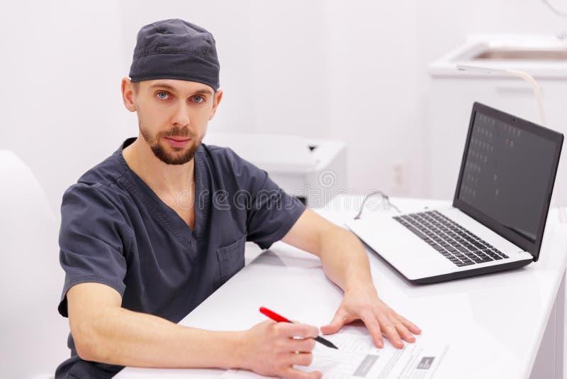 Uomo di medico con il computer in clinica fotografie stock