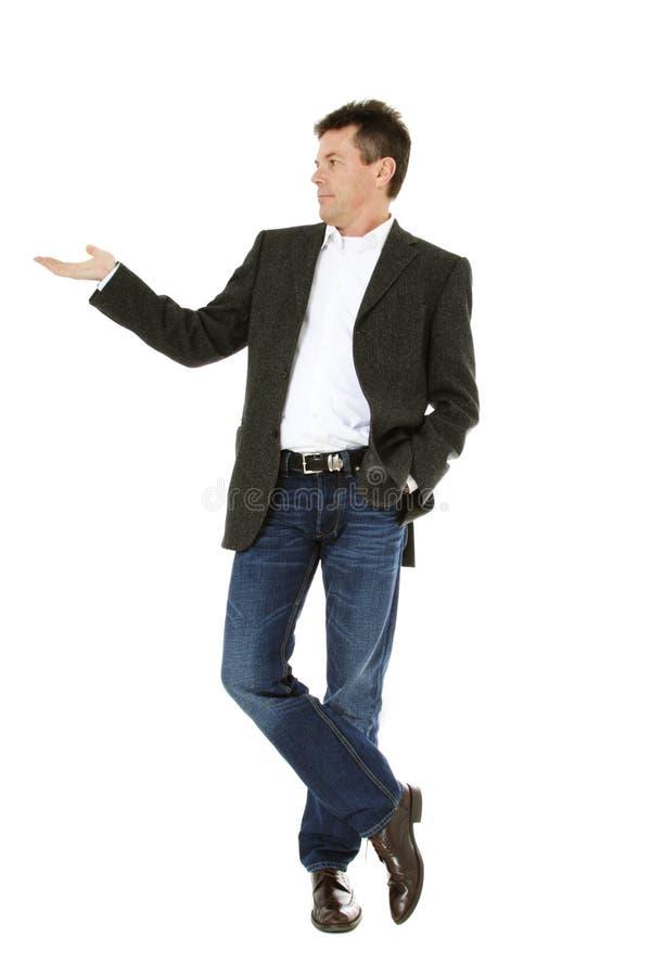 Uomo di mezza età che indica il lato fotografie stock
