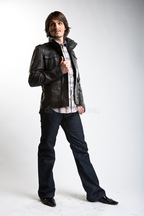 Uomo di modello alla moda in rivestimento nero di cuoio fotografia stock libera da diritti