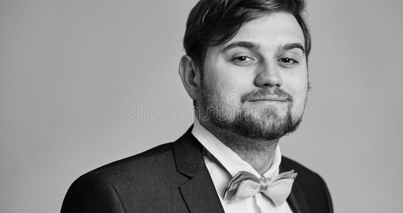 Uomo di modello dei pantaloni a vita bassa in vestiti alla moda che posano sul fondo dello studio fotografia stock