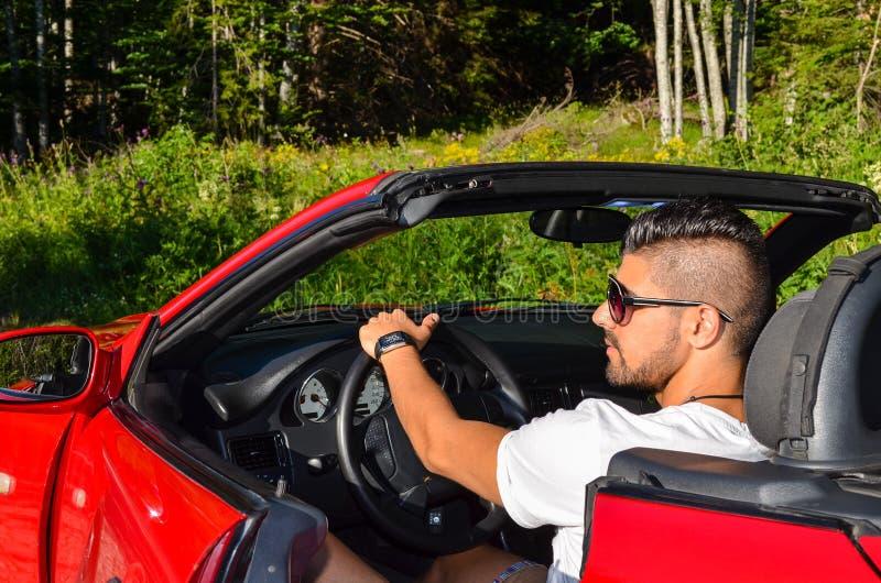 Uomo di modo in automobile lussuosa all'aperto fotografie stock