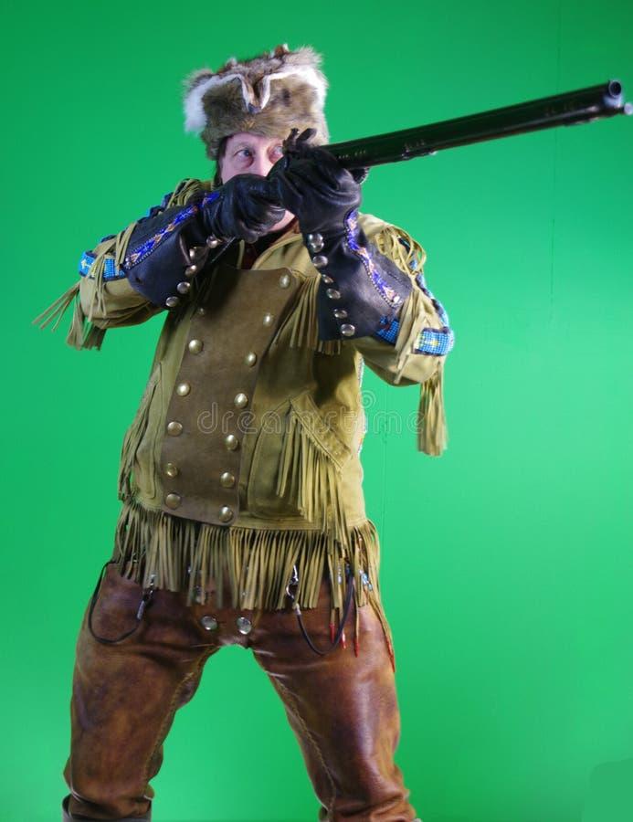 Uomo di montagna con il fucile del caricatore di museruola fotografia stock