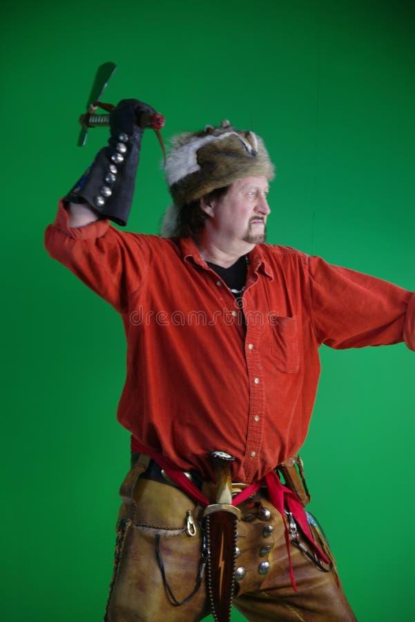 Uomo di montagna con il tomahawk fotografie stock