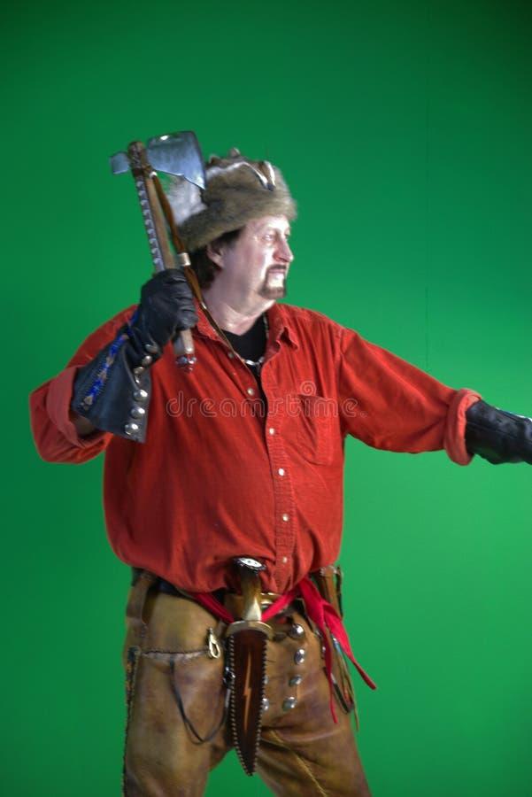 Uomo di montagna con il tomahawk fotografia stock