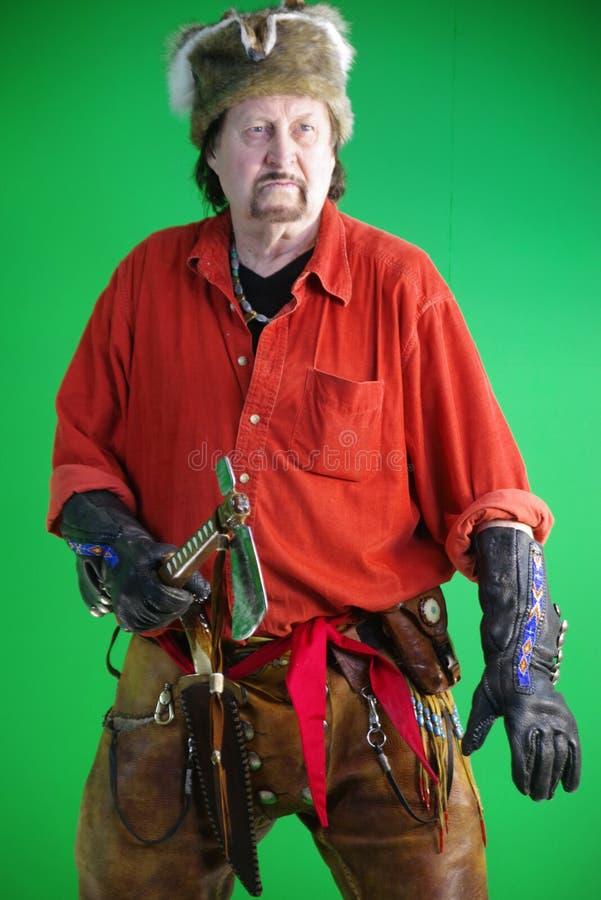 Uomo di montagna con il tomahawk immagine stock