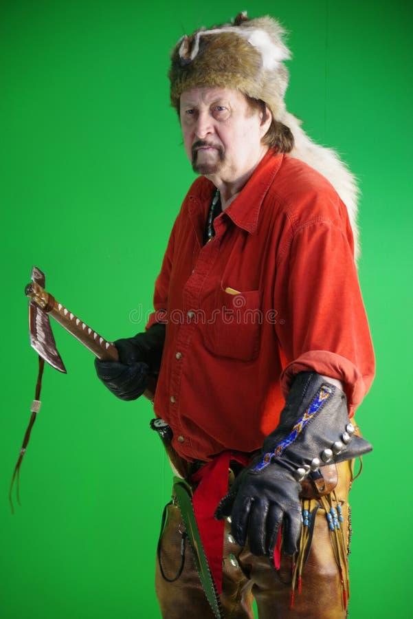 Uomo di montagna con il tomahawk immagine stock libera da diritti