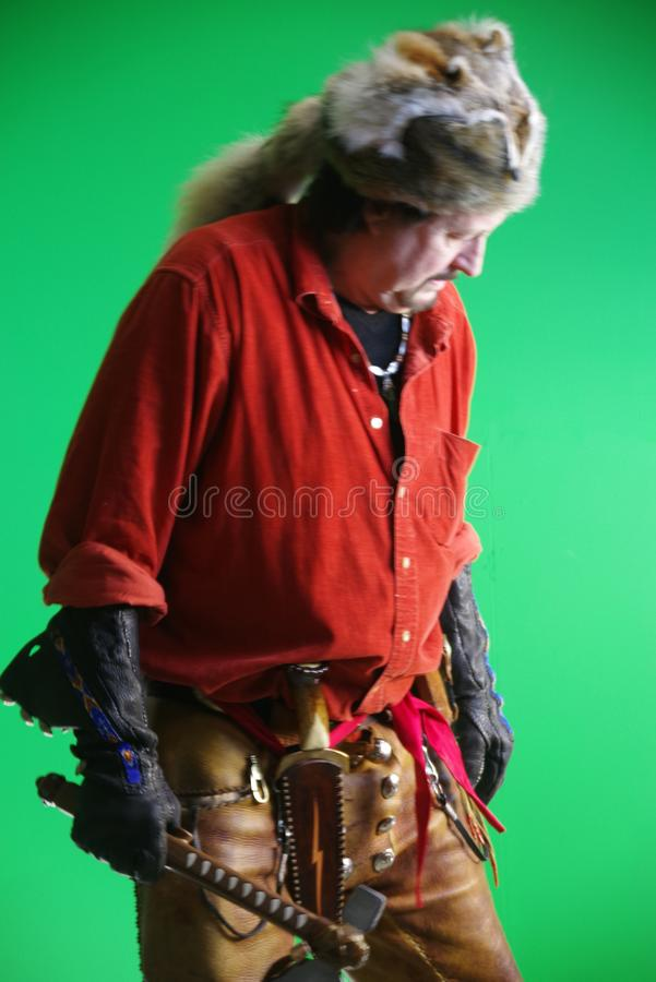 Uomo di montagna con il tomahawk fotografie stock libere da diritti