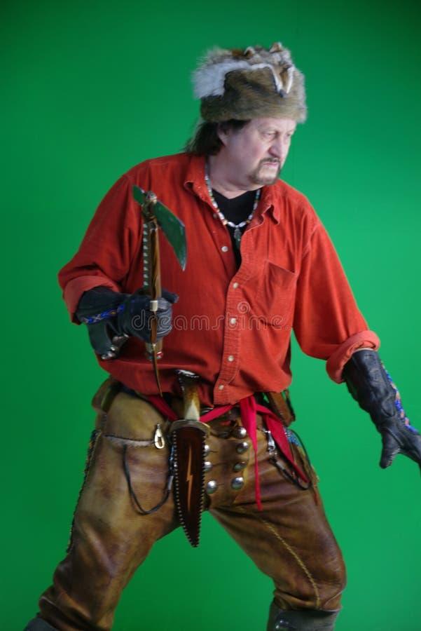 Uomo di montagna con il tomahawk immagini stock