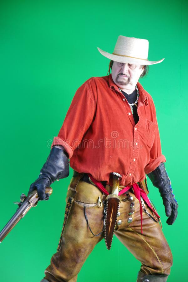 Uomo di montagna con la pistola del caricatore di museruola immagine stock
