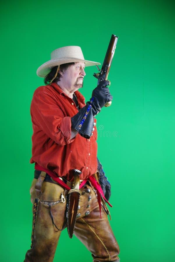 Uomo di montagna con la pistola del caricatore di museruola immagine stock libera da diritti