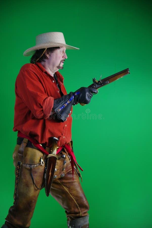 Uomo di montagna con la pistola del caricatore di museruola fotografia stock