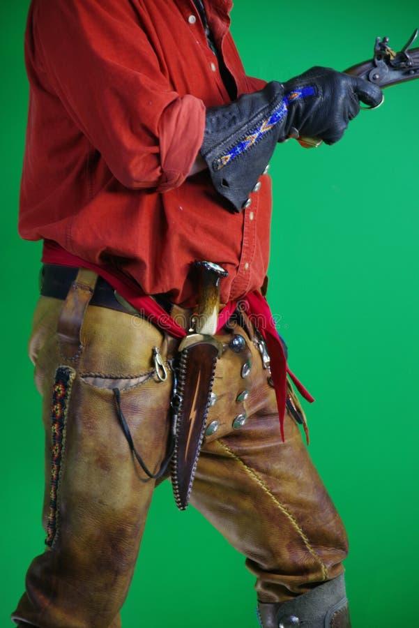 Uomo di montagna con la pistola del caricatore di museruola immagini stock