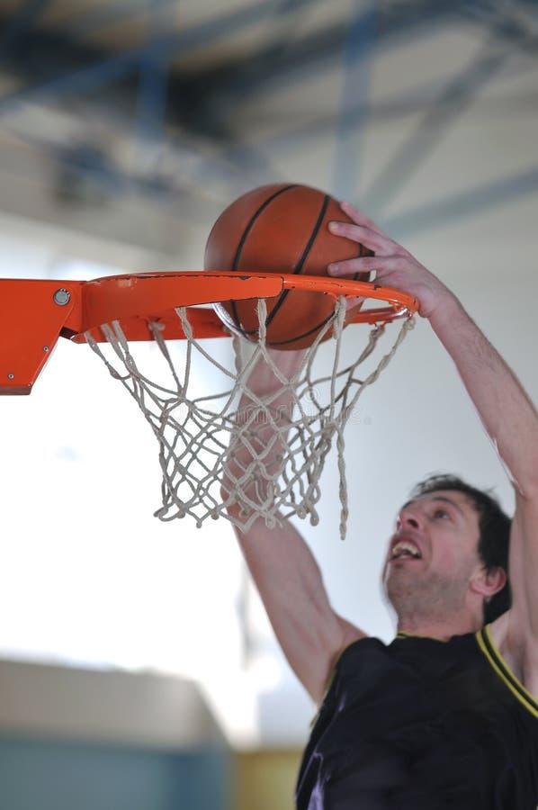 Uomo di pallacanestro fotografia stock libera da diritti
