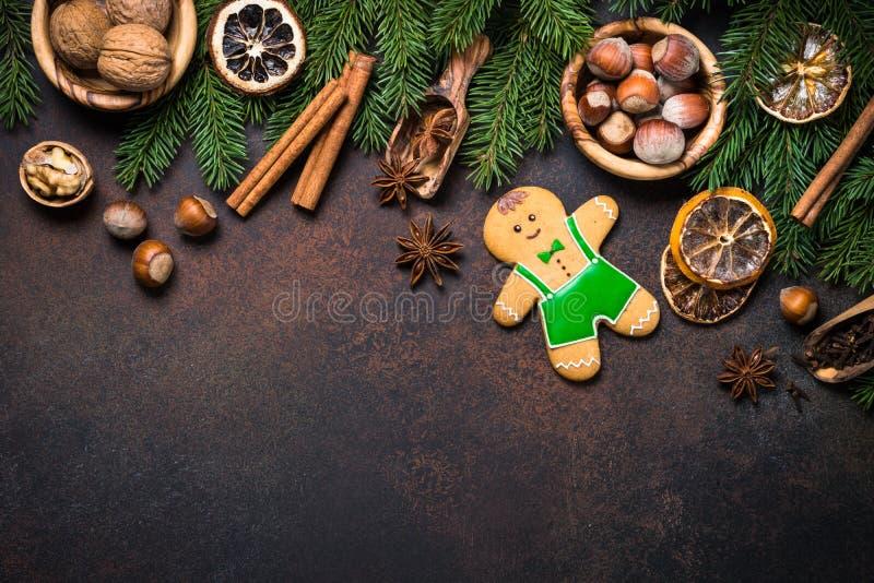Uomo di pan di zenzero di Natale con le spezie ed i dadi immagini stock libere da diritti