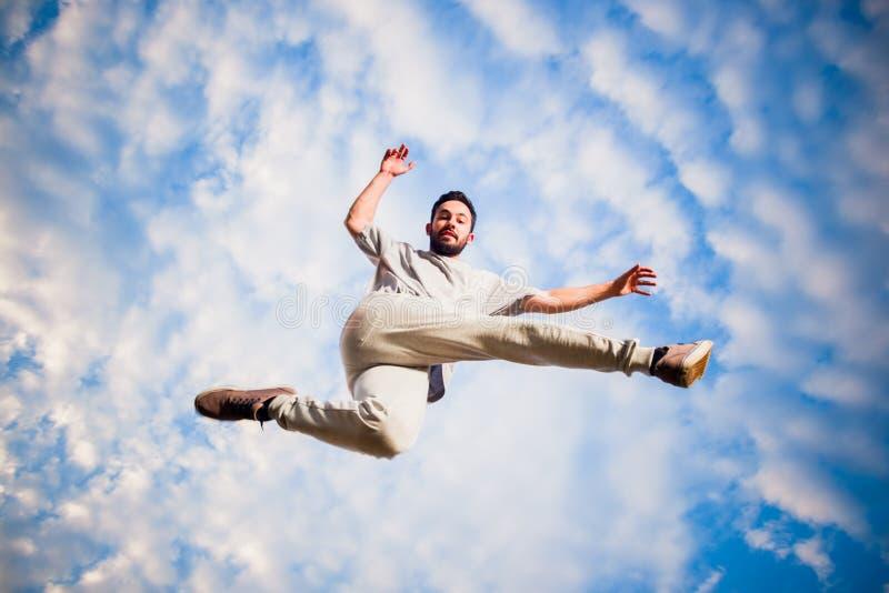 Uomo di Parkour mentre saltando in aria immagine stock