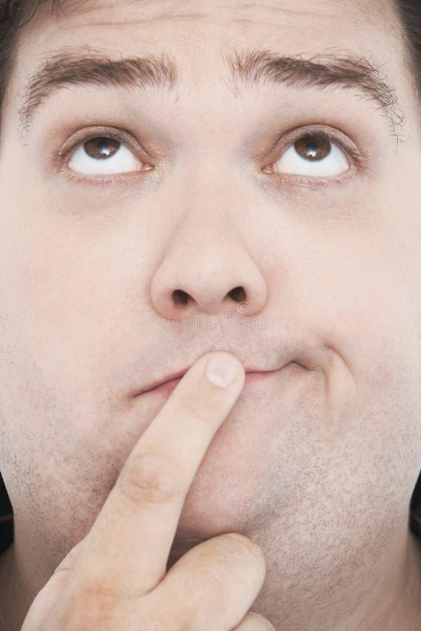 Uomo di peso eccessivo con il dito sulla bocca fotografia stock libera da diritti