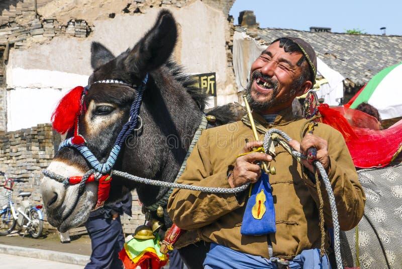 Uomo di risata con la lacuna fra i suoi denti in Cina immagini stock libere da diritti