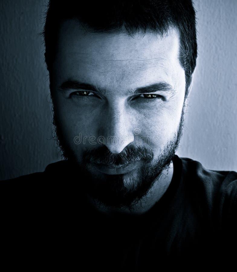 Uomo di sguardo pericoloso fotografia stock libera da diritti